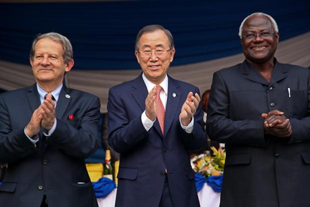 UNIPSIL Chief Toyberg-Frandzen, Ban Ki-Moon and H.E. Ernest Bai Koroma celebrate.